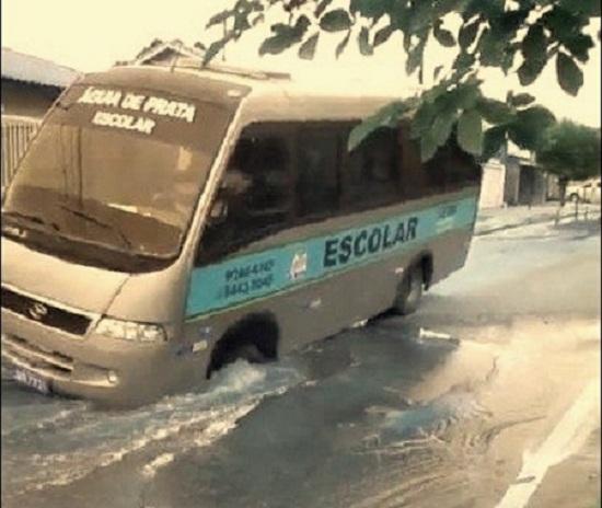 Um ônibus escolar caiu em um buraco provocado pelo estouro de uma tubulação da Caerd em Ji-Paraná