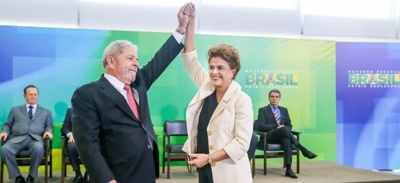 A presidenta Dilma Rousseff dá posse ao ex-presidente Luiz Inácio Lula da Silva como ministro-chefe da Casa CivilAgência Brasil