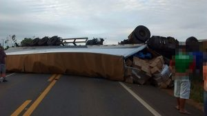 carreta tomba e motorista morre na BR-3643