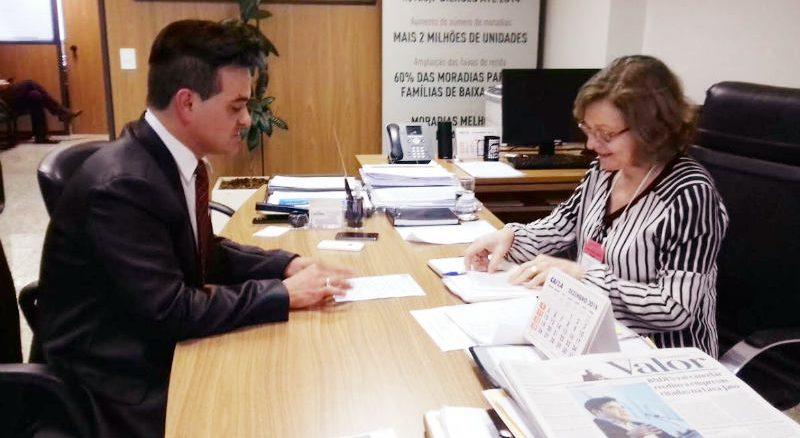 Vereador Edivaldo Gomes com a secretária Maria Henriqueta do Ministério das Cidades, em Brasília.