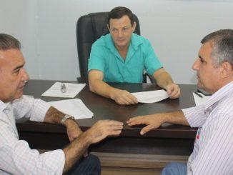 Ao centro, o secretário de Saúde Renato Fuverki, com o prefeito Jesualdo Pires e o diretor do HM Antelmo Ferreira