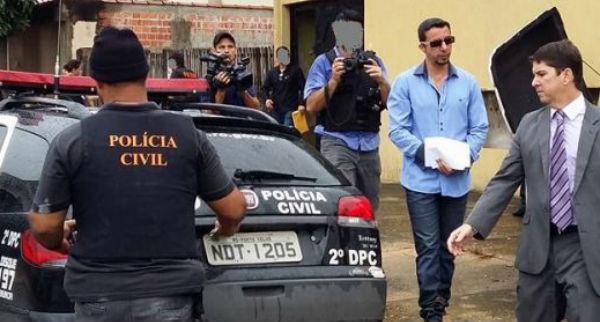 Joseph Rabelo,de óculos escuros, que encobre com um papel as algemas, é apontado pela polícia como líder da organização criminosa.