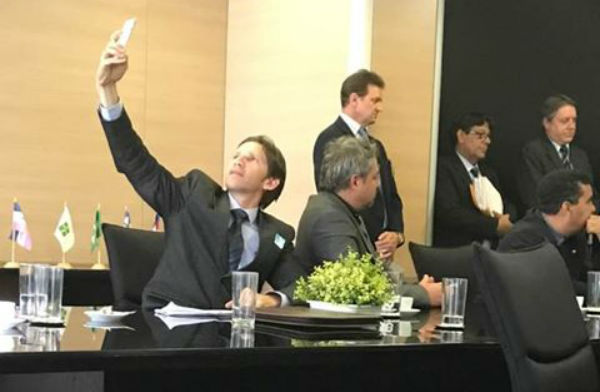 Vereador Jota Rabelo em pose de Selfie em Brasília co o prefeito Panisoly