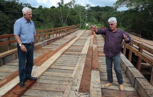 Departamento realizou serviços de recuperação de estradas e pontes no município.