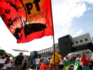 """Manifestações: na nota diz que o bloqueio de acessos e ruas próximas ao local onde Lula cumpre pena está """"causando graves inconvenientes""""(Rodolfo Buhrer/Reuters)"""