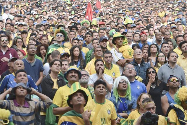 A segunda partida da seleção brasileira na Copa do Mundo, contra a Costa Rica, reuniu 18 mil pessoas hoje (22) no Vale do Anhagabaú, centro da capital paulista/Rovena Rosa/Agência Brasil