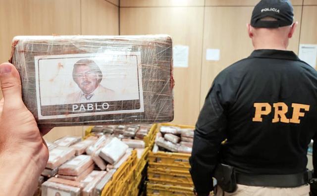 Quase 730 tabletes de cocaína estavam embalados em plástico com foto do narcotraficante Pablo Escobar morto em 1993.