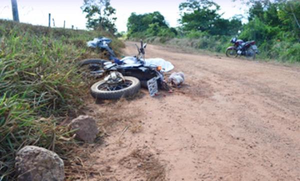 A queda do motociclista teria sido provocada porque ele bateu em pedras soltas na estrada.