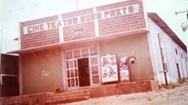 Primeiro cinema de Ouro Preto do Oeste, na esquina da Daniel Comboni com a Sete de Setembro.