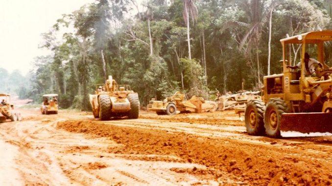 Máquinas da Escala Engenharia abrem estrada em Ariquemes nos anos 1980