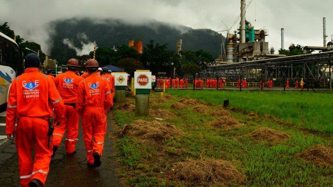 Litro da gasolina passará a ser vendido por R$ 1,4337 amanhã nas refinarias, dois centavos a menos que o preço de hoje: R$ 1,4537  (Arquivo/Rovena Rosa/Agência Brasil)