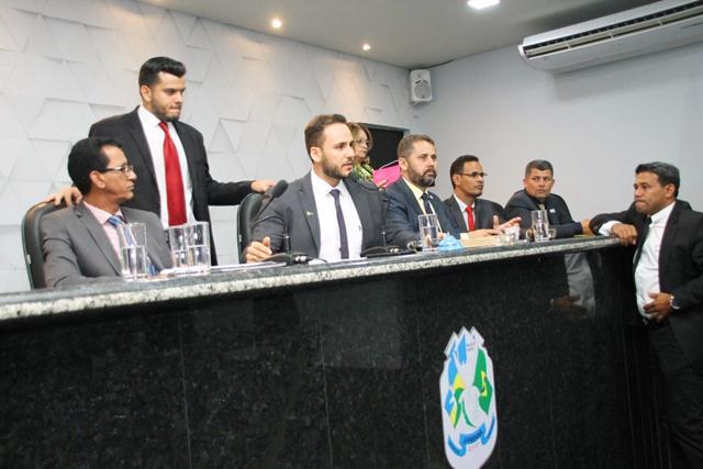 Durante os trabalhos, vereadores se revezaram na tribuna para criticar a demora na entrega das unidades do Residencial Rondon I e votaram a formação das comissões permanentes