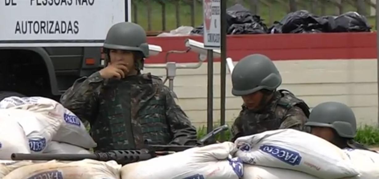Militares do Comando de Fronteira Acre/Rondônia, que fazer a segurança externa do presídio federal de Porto Velho participam das buscas dos foragidos. Arquivo/Folha