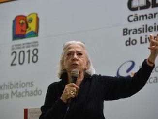 """A atriz Fernanda Montenegro fala durante a 25ª Bienal Internacional do Livro de São Paulo, no Anhembi, sobre o livro """"Fernanda Montenegro - Itinerário Fotobiográfico"""""""