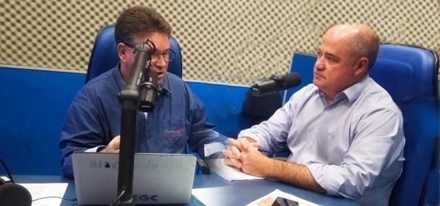 O prefeito Marcito Pinto (PDT) durante entrevista à rádio Alvora de Rondônia falando sobre os diversos benefícios que a obra de saneamento básico trará para a cidade.