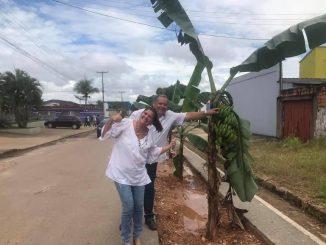 Protesto bem-humorado de moradores da rua São Luiz, em Ji-Paraná ganhou as redes sociais; o abandono da empreiteira sobre a instalação de uma adutora da Caerd provocou transtorno à população.