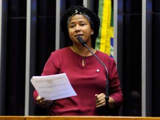 A deputada federal Silvia Cristina (PDT-RO), deve seguir a orientação do partido e votar contra a reforma. Ela passou todo o carnaval debruçado sobre o projeto.