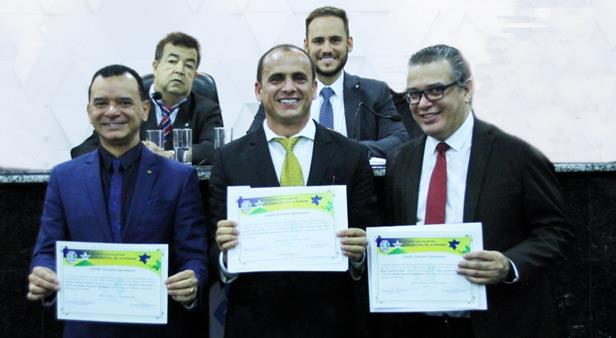 """O empresário Hugo Lopes Araújo (centro), e os advogados Alexandre Alves Ramos e Marco Antônio Duarte Silva, receberam da Câmara dos Vereadores título de """"Cidadão Honorário Ji-paranaense"""""""