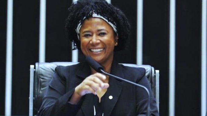 Deputada luta para que seja garantida a reconstrução da mama para vítimas de câncer