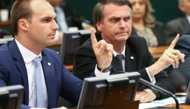 Eduardo e Jair Bolsonaro. Pozzebom / Agência Brasil[/fotografo]