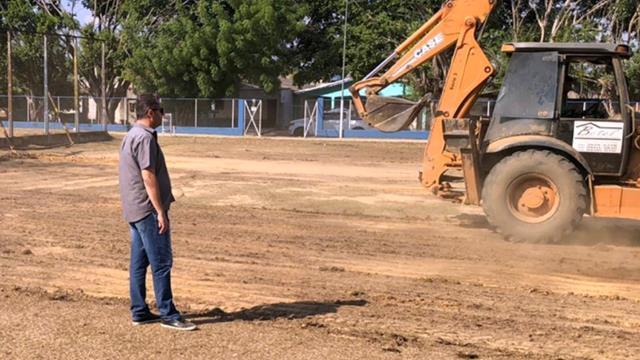 O vereador Marcelo Lemos (PSD) acompanha o início da construção do campo de futebol de gramado sintético.