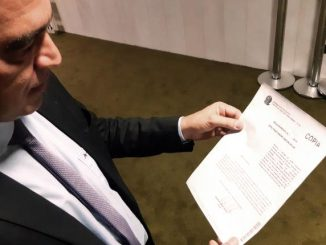 Deputado André Abdon (PP/MA), com requerimento para retirar assinatura da CPI da Lava Jato. [Foto Erick Mota] [Congresso em Foco]