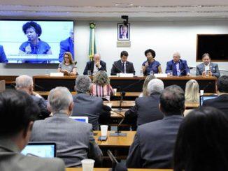 A deputada federal Sílvia Cristina durante a reunião com o ministro Mandetta na Comissão de Seguridade Social da Câmara dos Deputados.