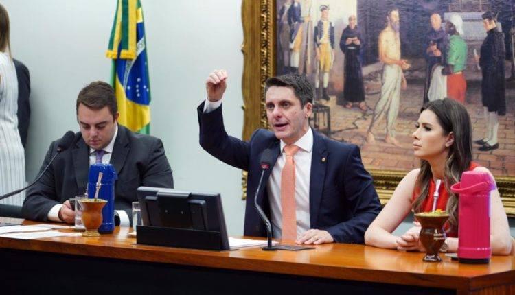 O presidente da CCJ, Felipe Francischini, o autor da proposta, Alex Manente, e a relatora, Caroline de Toni