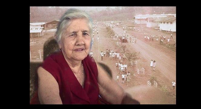 Hilda Travaim sobre vista parcial de um dos primeiros desfiles de Sete de Setembro em Ouro Preto/RO quando ainda era projeto de colonização do Incra. - Arte: Roberto Gutierrez