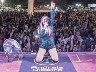 A cantora Andreia Ribeiro em registro de seu último show antes de passar mal e morrer