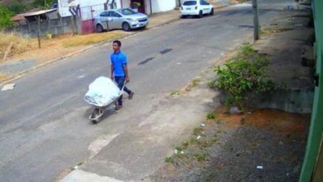 Homem leva corpo em carrinho de mão e compra cigarro no caminho