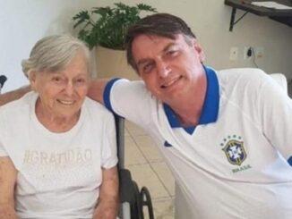 Mãe de Bolsonaro é vacinada contra Covid-19