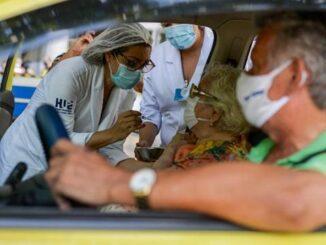 Rio informou ter doses somente até amanhã, e Salvador suspendeu a vacinação de profissionais de saúde Imagem: Erbs Jr./FramePhoto/Estadão Conteúdo