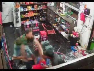 Cena na qual homem ´=e esfaqueado em uma loja de bebidas em Goiânia, Brasil